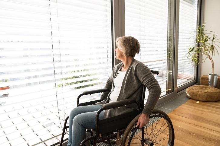 איך לבחור כיסא גלגלים ומה ההבדל בין כסא גלגלים לכסא העברה?