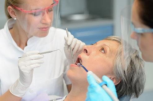 השתלות שיניים או תותבות בגיל השלישי