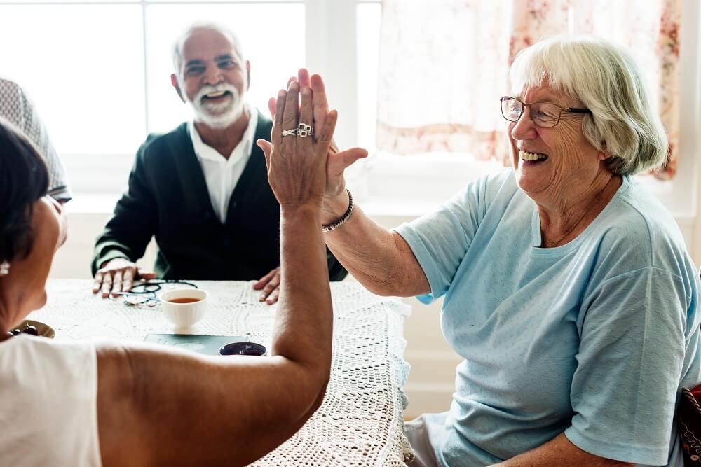 המוצרים שחובה להחזיק בקרבת אנשים מבוגרים
